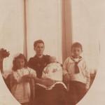 Het jonge gezin ter Beek in Huis ter Heide in 1920.  Joke, de moeder van Pauline is dan nog niet geboren.