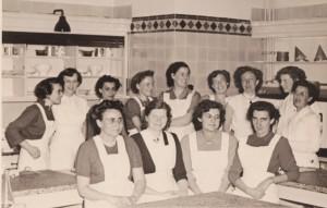 Kooklerares  Joke ter Beek (vijfde van links) die zoals dat toen ging na haar trouwen zonder baan zat.