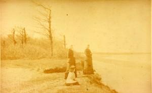 De meisjes Post in Muiderberg aan het strand.