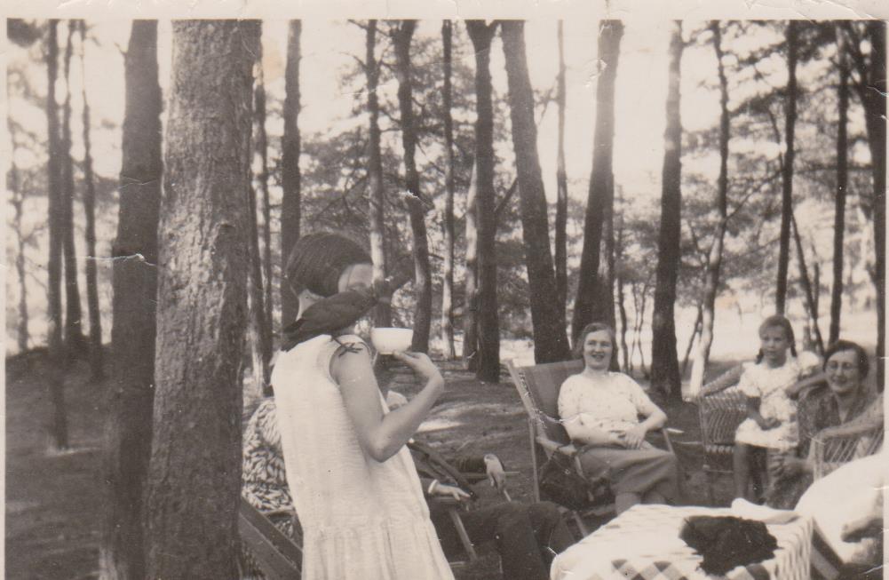 Mijn moeder Joke ter Beek, in de tuin van het Broederschapshuis. Het gezin woonde er naast, in Het Boschhuis aan de Beetslaan. Joke toont aan gasten van het Broederschapshuis haar tamme kraai.