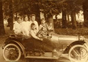 Corrie ter Beek de zus van Joke, links op de foto, in Muiderberg.