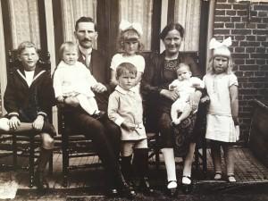 Het gezin Broekema. Links , mijn vader Swier Broekema. De peuter, op schoot bij haar vader, is Bonnie