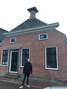 Mark van Dijken voor zijn huis.