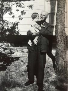 Op de arm van mijn grootvader, Thomas Broekema, in 1955 voor 't  Sunneke in Norg