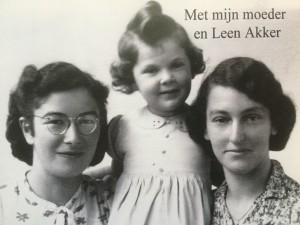 Sara Nieweg vlak na de hereniging met haar moeder Mies. Links op de foto Leen Akker.  Foto: collectie Sara Kirby-Nieweg